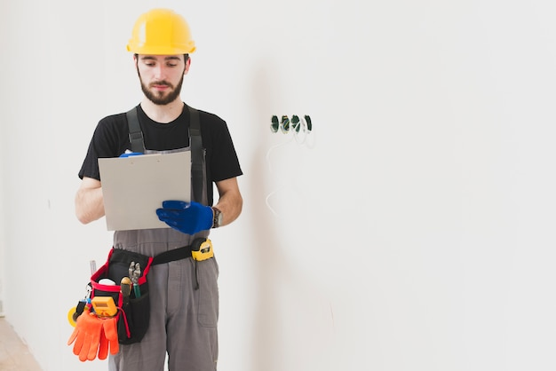 Мунтер с планшетом у стены
