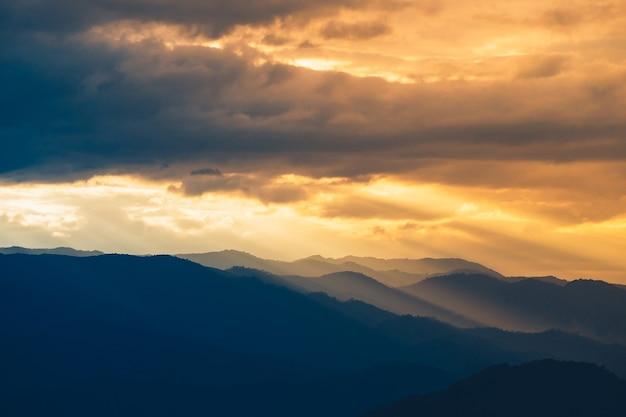 山の風景と夕日の光の背景