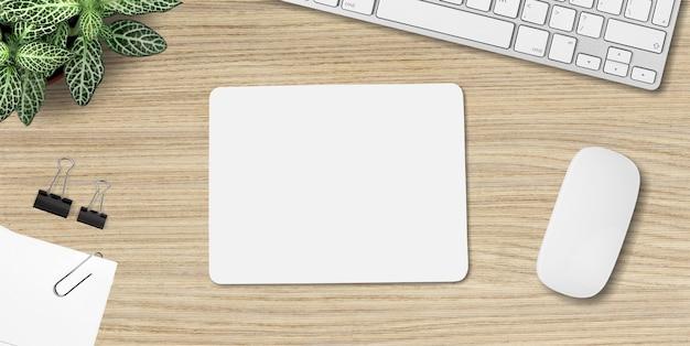 マウスパッドのモックアップ。小道具とテーブルの上の白いマット。 - 画像