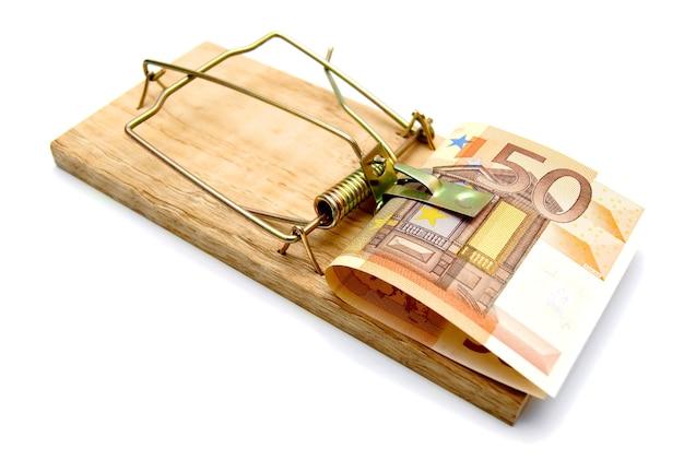 Мышеловка и деньги на белом фоне
