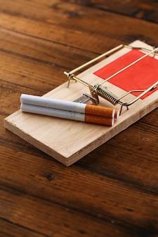 タバコ、白で隔離されるネズミ捕り