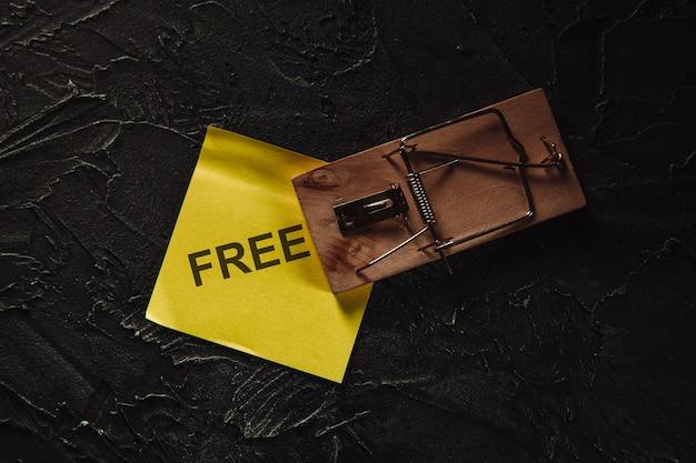 無料の付箋付きネズミ捕り。だまされやすい人々のための罠。無料のチーズ
