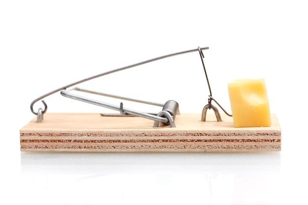 Мышеловка с куском сыра, изолированные на белом фоне