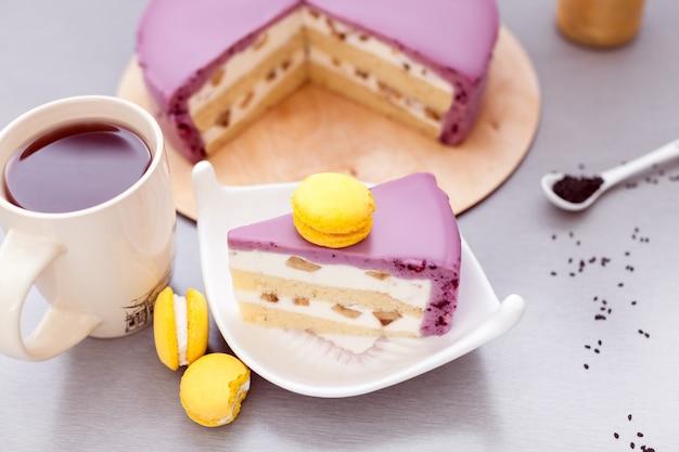 Муссовый торт из смородины и бисквита с желтым макаруном и кофе