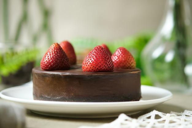 Муссовый шоколадный торт с клубникой. набор на столик в кафе.
