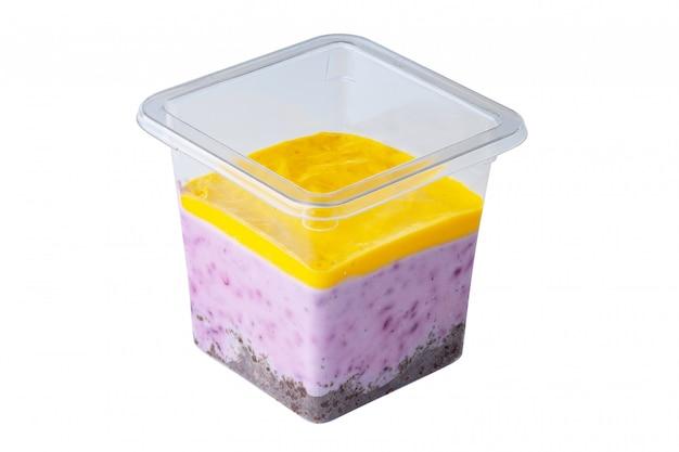Мусс-десерт в пластиковом стаканчике на вынос, изолированные на белом фоне