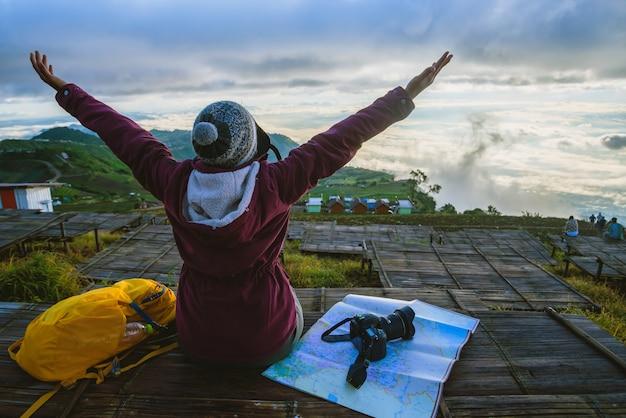 女性のアジア人旅行は休日にリラックスします。 moutainの写真風景。タイ