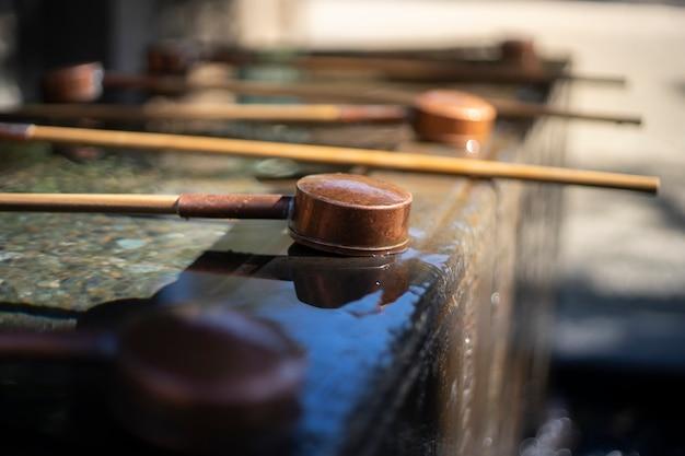 神社や寺院の前に口と手を洗うバケツ