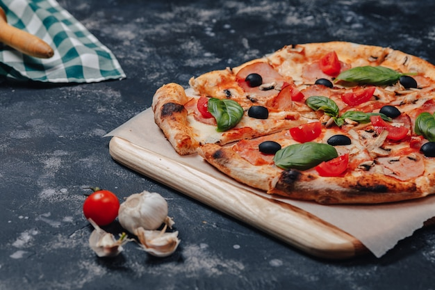 食欲をそそるナポリのピザ、黒板、さまざまな食材、テキスト用の空きスペース