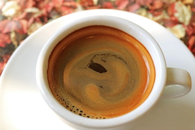 一杯のホットコーヒーのクローズアップmouthwateringコーヒー泡