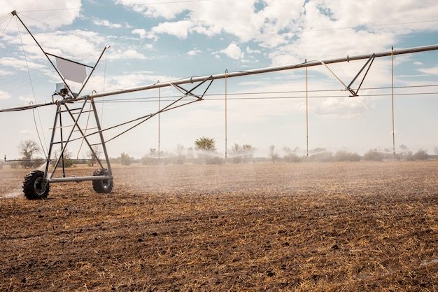 Перенесли оросительную систему на фермерское поле.