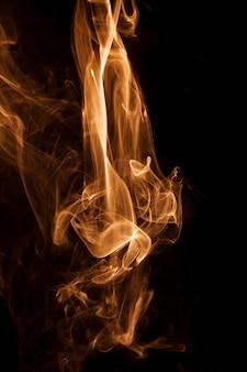 Движение золотого дыма на черном фоне.