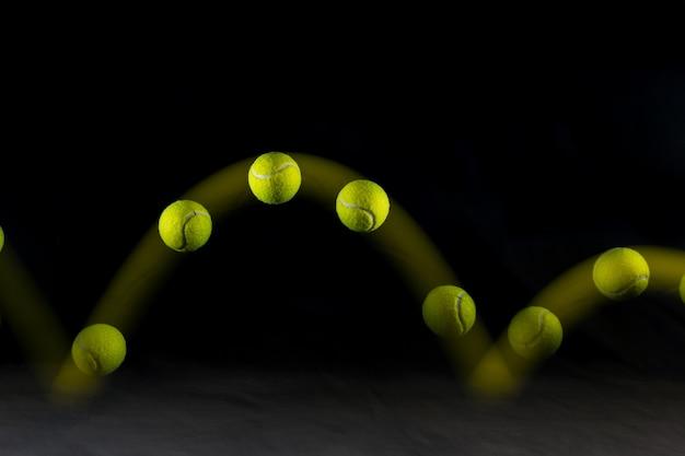 테니스 공의 움직임에 고립 된 검정색 배경 반송.
