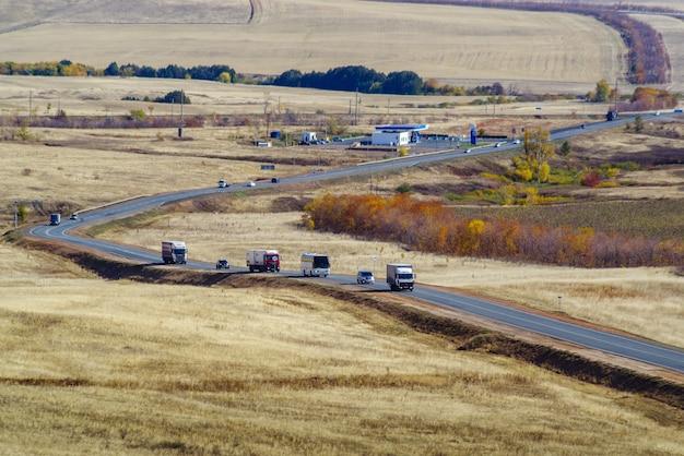 가을 들판을 지나가는 대초원 고속도로에서 차량의 움직임 러시아 고속도로 orenburg samara