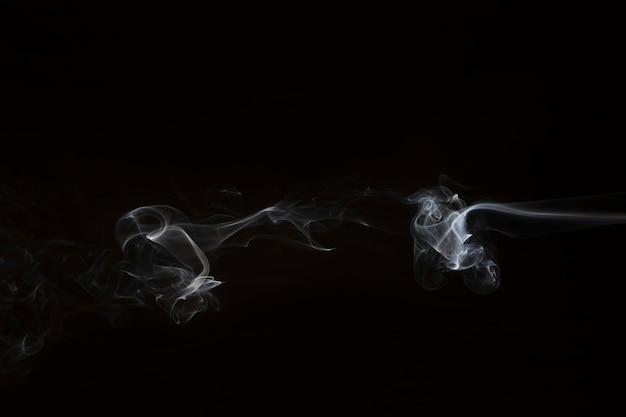 검은 배경에 흰 연기의 움직임