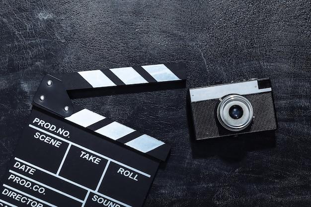 Доска с хлопушкой фильма и пленочная камера на доске мела. киноиндустрия, развлечения
