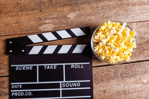 映画クラッパーボードとポップコーン