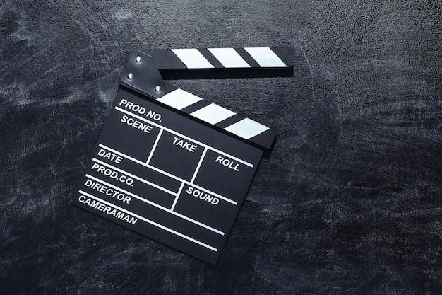 Доска с хлопушкой фильма на доске мела. киноиндустрия, развлечения