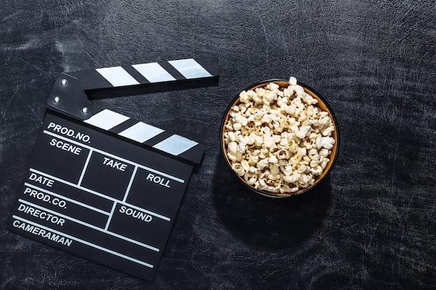 映画のカチンコ、チョーク黒板のポップコーンボウル。映画産業、エンターテインメント