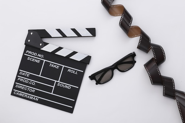 필름 테이프가 있는 영화 클래퍼 보드, 흰색 배경에 3d 안경. 영화 제작, 영화 제작, 엔터테인먼트 산업. 평면도