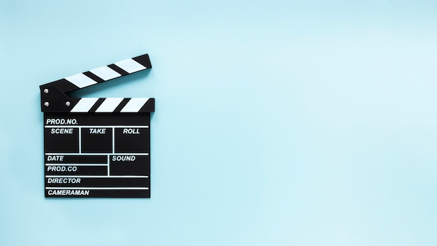 コピースペースと青色の背景に映画クラッパー