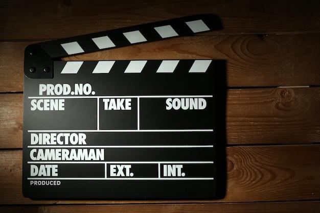 木製の背景に映画の鳴子