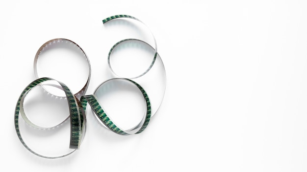 Rotolo di film su fondo bianco con lo spazio della copia