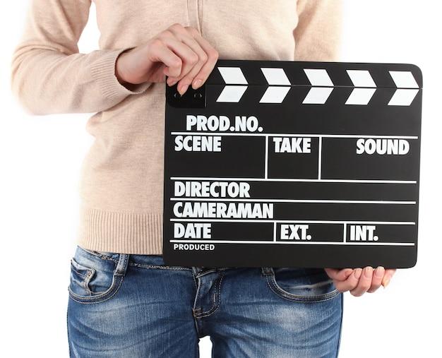 Доска с хлопушкой кинопроизводства в руках на белом