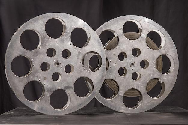 Катушка фильма на черной поверхности