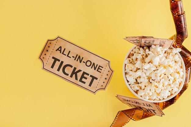 映画のチケット、フィルムストリップ、青の背景にポップコーン。テキストのスペースをコピー