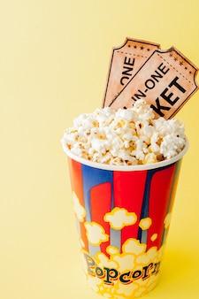 映画のチケット、フィルムストリップ、黄色のポップコーン