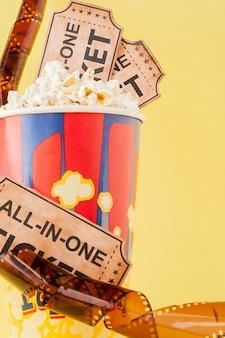 Билеты в кино, киноленты и попкорн