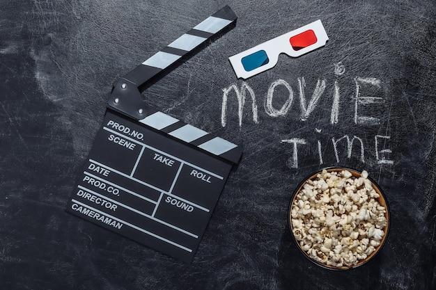영화 시간. 영화 클래퍼 보드와 3d 안경, 분필 칠판에 팝콘 그릇. 영화 산업, 엔터테인먼트