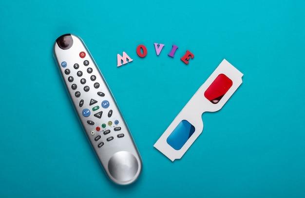 영화 시간. 입체 입체 일회용 종이 3d 안경 및 파란색 표면에 원격 tv. 평면도