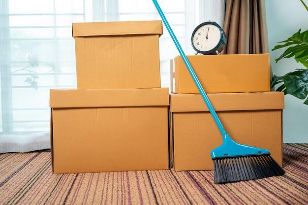 Перемещение коробок в новую квартиру и картонную коробку на полу, концепция переезда дома.