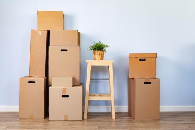 포장 된 물건과 의자가있는 이동 상자