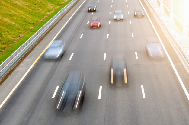 다중 차선 도로 아스팔트에서 이동하는 자동차는 표시를 허용합니다 다중 차선 도로 아스팔트에서 이동하는 자동차는 표시를 허용합니다.