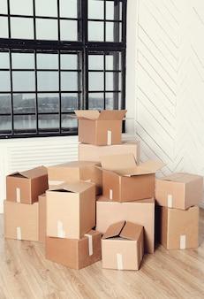 Traslocare a casa con scatole di cartone con scatole di cartone