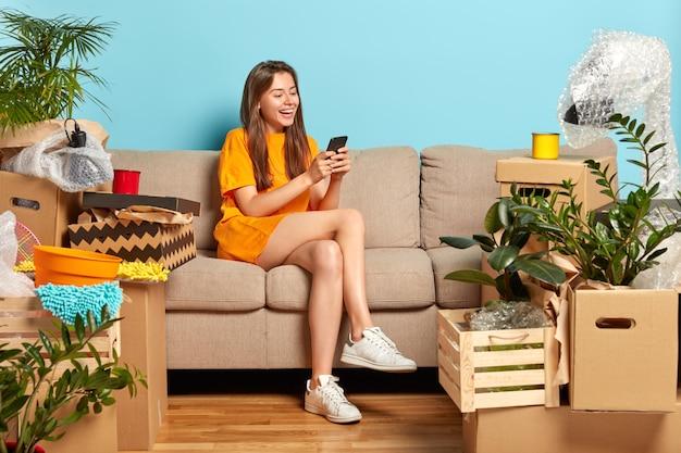 新しい家に引っ越します。うれしそうなかなりヨーロッパの女性は高価なアパートを買うことを喜ぶ