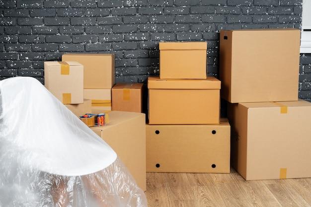 Концепция въезда или выезда. стек ящиков и упакованная мебель