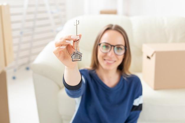 Концепция переезда, недвижимости и покупки квартиры - счастливый одинокая женщина-владелец или арендатор квартиры