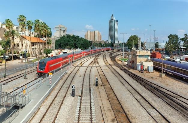Движущийся поезд по железной дороге в хайфе, израиль