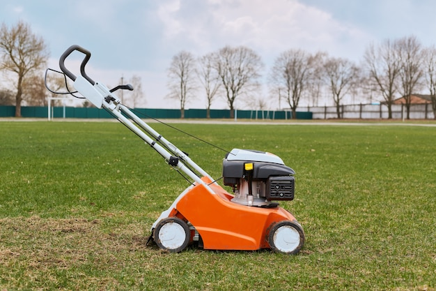 芝刈り機で長い草を刈ったり刈ったりする