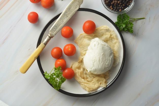 향신료와 모짜렐라 치즈와 체리 토마토입니다. 수제 모짜렐라 치즈.