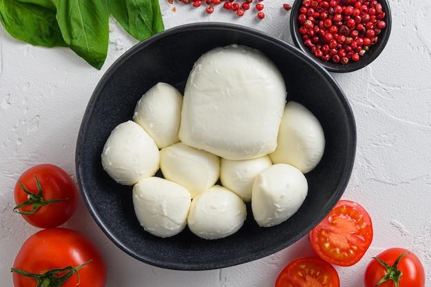 검은 그릇에 모짜렐라 치즈, 바질 토마토 체리 발사믹 블랙 슬레이트 스톤