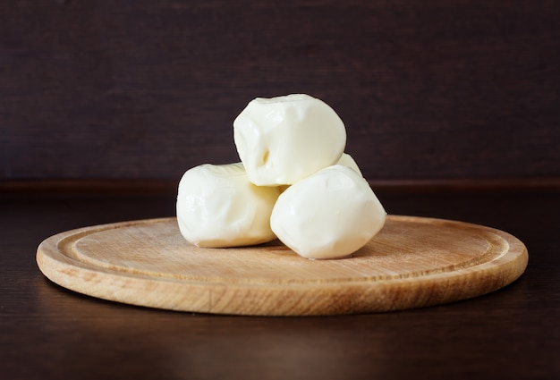 Сыр моцарелла на доске