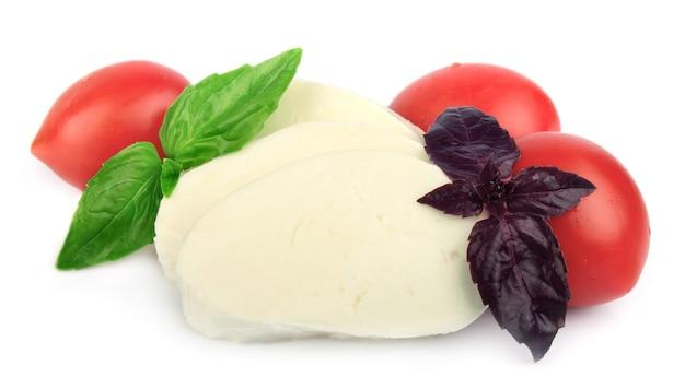 Сыр моцарелла с помидорами черри и базиликом