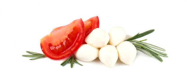 ローズマリーとホワイトスペースに分離されたモッツァレラチーズ。イタリアの食材