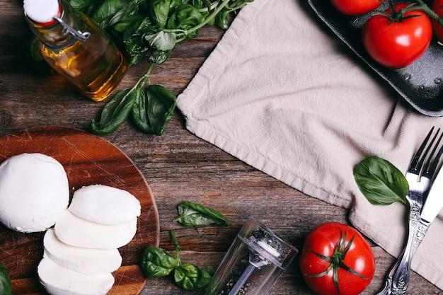 テーブルの上のモッツァレラチーズ