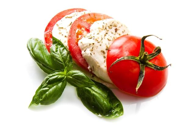 흰색 바탕에 모짜렐라 토마토 바질